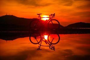 bicicletta sagoma con la riflessione foto