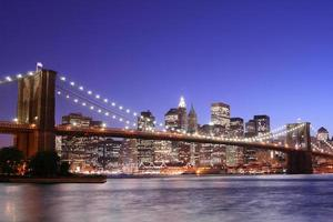 Ponte di Brooklyn e skyline di Manhattan di notte