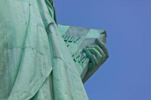 vista su tavoletta di pietra custodita da statua della libertà foto