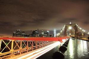 vista notturna di new york foto