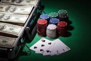 fiches da poker e banconote da un dollaro foto