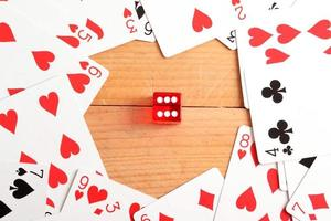 carte da poker e dadi rossi foto