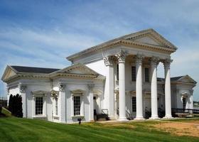 un edificio bianco con architettura antica foto