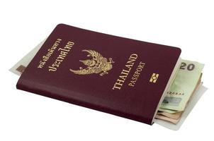 passaporto tailandese e soldi tailandesi su fondo bianco foto