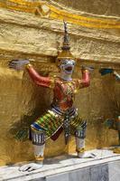 guardia ornata del demone al tempio di Bangkok foto