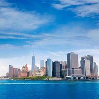 skyline di manhattan inferiore new york dalla baia usa foto