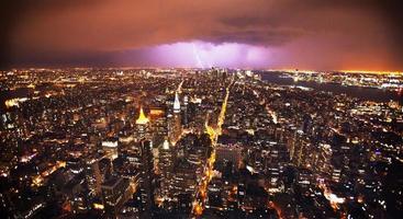 fulmine sullo skyline di new york foto