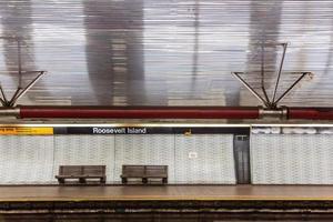 stazione della metropolitana e panca di New York foto
