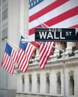 bandiere degli Stati Uniti sull'emblematico edificio di Wall Street foto