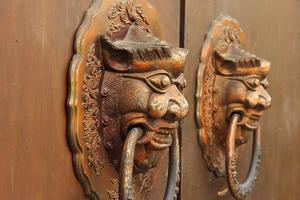 vecchia porta del cinese tradizionale con i battitori della testa del leone, dof poco profondo foto
