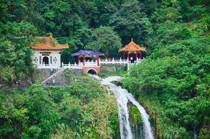 taiwan taroko national park - santuario di changchun (primavera eterna) foto