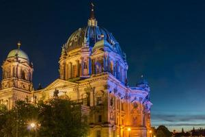 il dom berlinese illuminato di notte