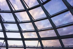 nuvole al tramonto attraverso il tetto di vetro foto