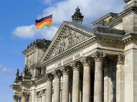 bandiera della Germania sul reichstag edificio di Berlino foto