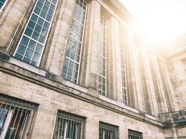 stazione ferroviaria con luce solare foto