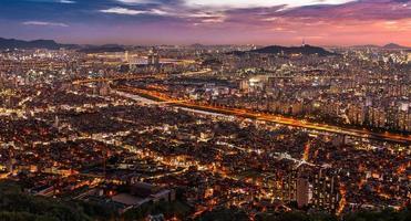 vista di paesaggio urbano di notte foto