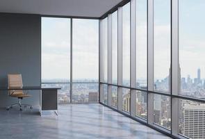 posto di lavoro in un moderno ufficio panoramico ad angolo a Manhattan foto