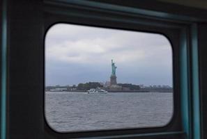 statua della libertà incorniciata vista dal traghetto di staten island, stati uniti d'america foto
