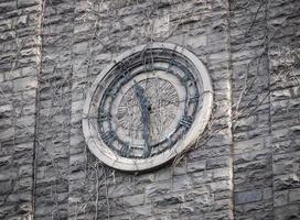 quadrante dell'orologio in pietra