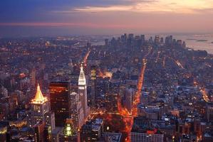 panorama di vista aerea dell'orizzonte di New York City Manhattan al tramonto foto