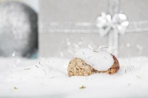 concetto di nuovo anno con tappo di champagne e neve
