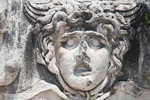 Gorgone della medusa nel tempio di Apollo foto