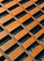 Dettaglio di facciata in rame su edificio moderno, New York foto