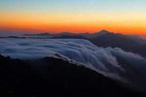 nuvole basse sulle montagne di santa monica foto
