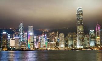 luci notturne dei grattacieli dell'isola di Hong Kong con foschia foto