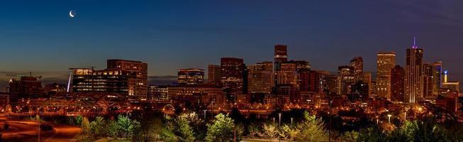 vista unica sull'orizzonte di Denver durante la notte foto
