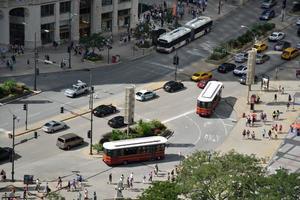 strada trafficata della città foto