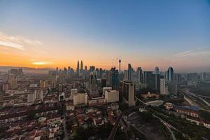 Skyline di Kuala Lumpur durante il crepuscolo foto