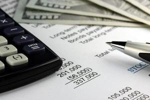 valuta americana, calcolatrice e primo piano di documenti finanziari foto