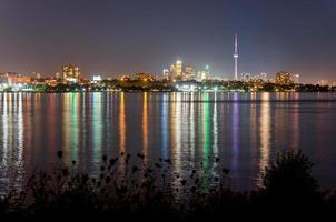 skyline di toronto di notte, con la riflessione