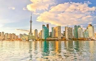Skyline di Toronto al crepuscolo in Ontario, Canada.