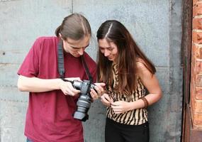 la coppia guarda le foto