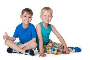 ragazzini sorridenti insieme foto