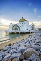 vista maestosa della moschea degli stretti del Malacca durante il tramonto foto
