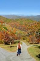 ragazza che fa un'escursione in montagne di autunno.