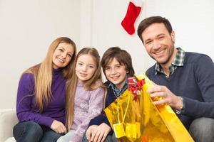 famiglia seduti insieme a Natale foto