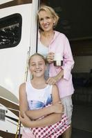 madre e figlia sulla porta di camper foto