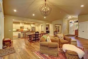 accogliente sala da pranzo familiare e cucina. foto