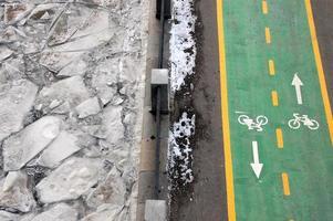 pista ciclabile verde alla riva del fiume d'inverno foto
