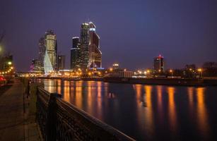vista notturna pittoresca della città di Mosca attraverso il fiume mosco foto