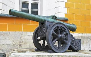 antichi cannoni di artiglieria al Cremlino di Mosca, russia