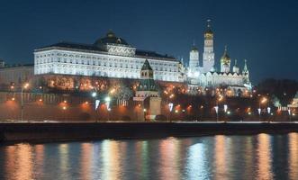 vista notturna del Cremlino foto