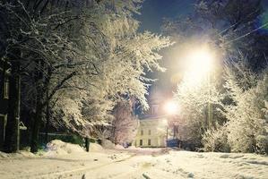 paesaggio invernale notturno in città foto
