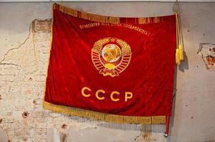 bandiera dell'Unione Sovietica sul muro malandato