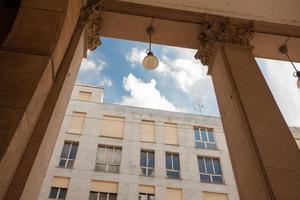 edificio moderno arco, colonne, milano foto