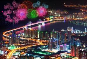 Festival di fuochi d'artificio al ponte di Gwangan a Busan, Corea del Sud. foto